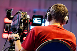 Работа оператора во время видеосъемки телепередачи